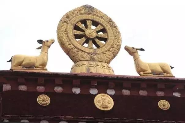 寺庙顶上的法轮